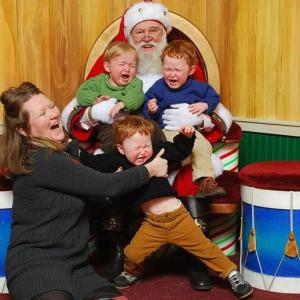x14-Images-Of-Santa-Claus-Terrifying-Kids-8.jpg.pagespeed.ic.GsJ38sfgcR